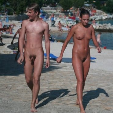 Junge Nackte Paare am Strand