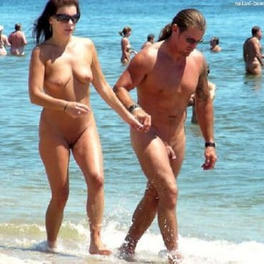 Laufen Nackte Paare am Strand