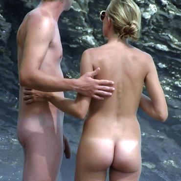 Nackte Paare am Strand anfassen