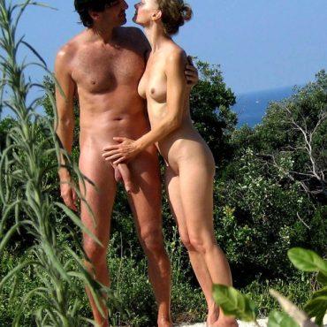 Nackte Paare am Strand befummeln
