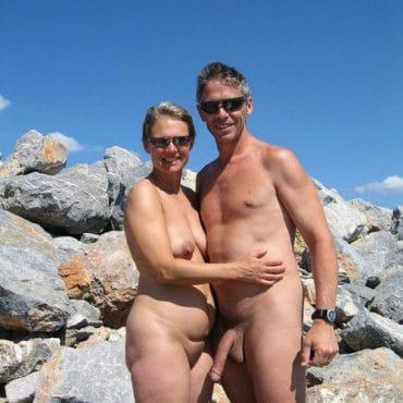 Nackte Paare am Strand langer Schwengel