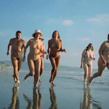 Nackte Paare am Strand laufen