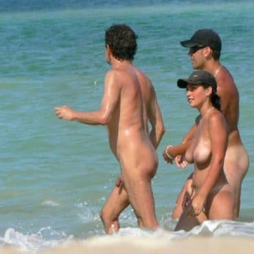 Nackte Paare am Strand mit dicken Titten