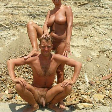 Nackte Paare am Strand posen