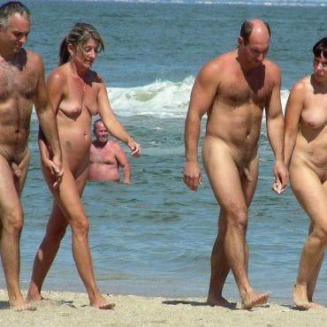 Nackte Paare am Strand vier