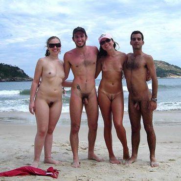 Vier Nackte Paare am Strand