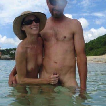 Nacktbaden Hand am Schwanz