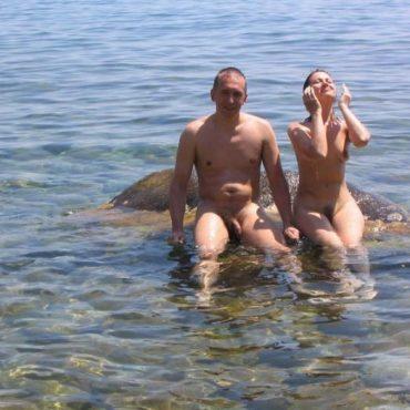 Nacktbaden auf einem Stein