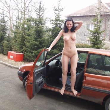 Öffentlich nackt im Auto