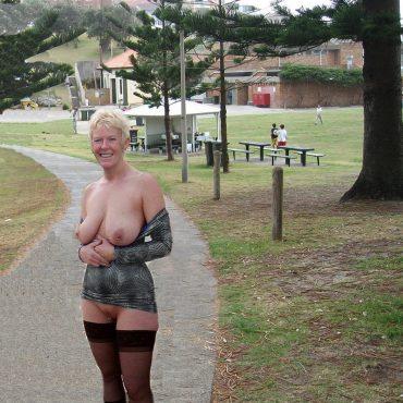 Öffentlich nackt im Park