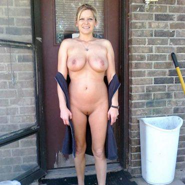 Öffentlich nackt vor der Tür